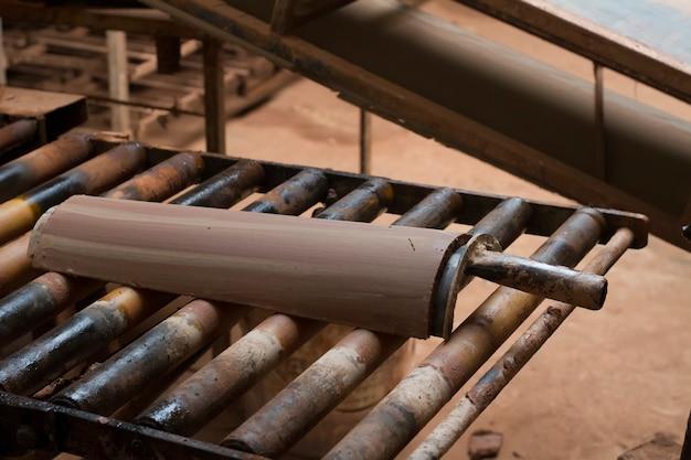 Sluit omhoog mening van de traditionele productie van de modderdaktegel.