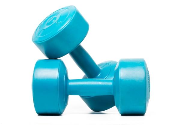 Sluit omhoog mening van een paar fitness domoren op een witte achtergrond worden geïsoleerd die.