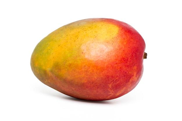 Sluit omhoog mening van een smakelijk mangofruit dat op een witte achtergrond wordt geïsoleerd.
