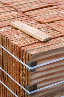 Sluit omhoog mening van een stapel van de traditionele productie van de modderbaksteen.