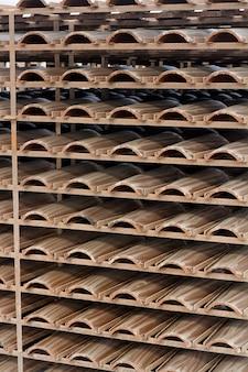 Sluit omhoog mening van een stapel van traditionele de tegelproductie van het modderdak.