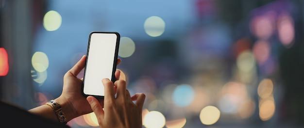 Sluit omhoog mening van een vrouw gebruikend leeg het schermsmartphone