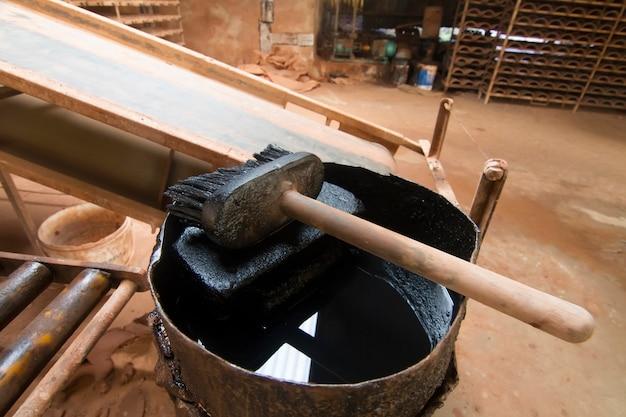 Sluit omhoog mening van een vuile olieachtige borstel op een fabriek.