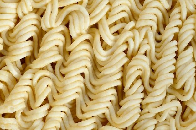 Sluit omhoog mening van gele droge onmiddellijke noedels. chinees traditioneel eten