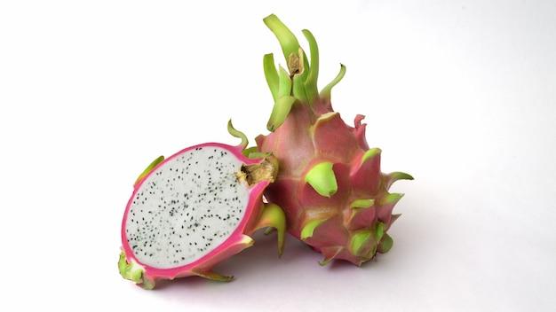 Sluit omhoog mening van half en geheel geïsoleerd draakfruit