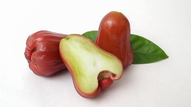 Sluit omhoog mening van halve en gehele geïsoleerde djamboevruchten