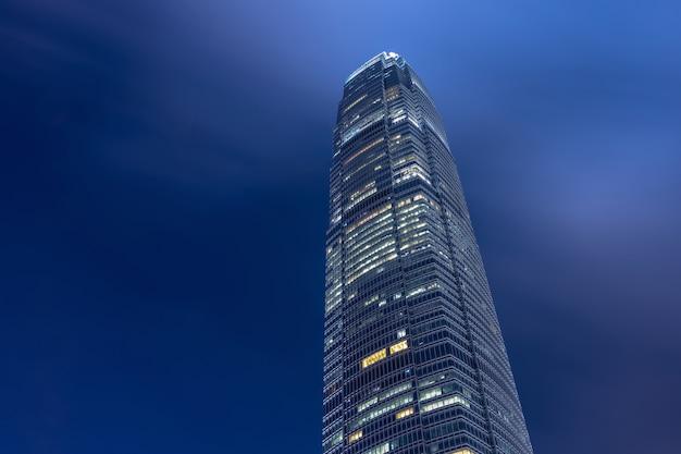 Sluit omhoog mening van hong kong-de bouw van het oriëntatiepuntbureau bij nacht in hong kong