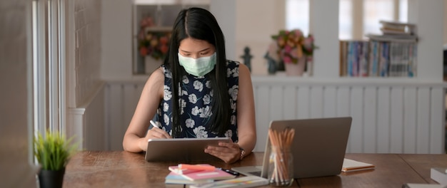 Sluit omhoog mening van jong vrouwelijk dragend masker om haar zelf van coronavirus en luchtvervuiling te verhinderen