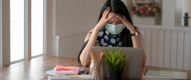 Sluit omhoog mening van jong vrouwelijk universitair student ziek voelen terwijl het doen van huiswerk