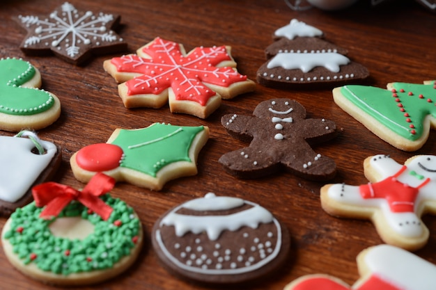 Sluit omhoog mening van kleurrijke kerstmiskoekjes