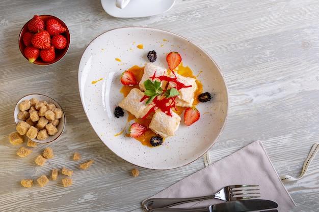 Sluit omhoog mening van mooi elegant zoet dessert dat op de plaat wordt gediend.
