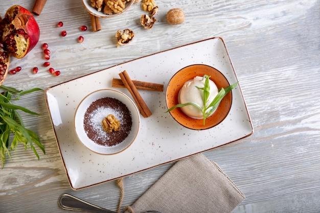 Sluit omhoog mening van mooi elegant zoet dessert dat op de plaat wordt gediend