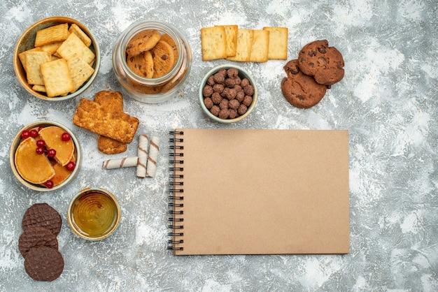 Sluit omhoog mening van ontbijttijd met koekjes van chocoladekoekjes en honing op blauw