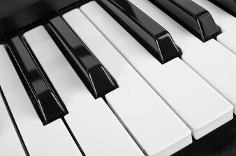 Sluit omhoog mening van pianosleutels