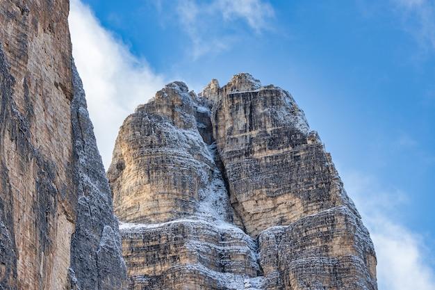 Sluit omhoog mening van schitterende rotsachtige bergen die gedeeltelijk met sneeuw in dolomiet, italië worden behandeld