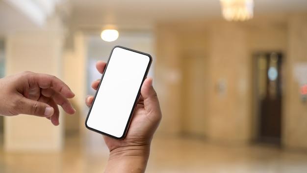 Sluit omhoog mening van zakenman gebruikend het lege schermsmartphone voor lift