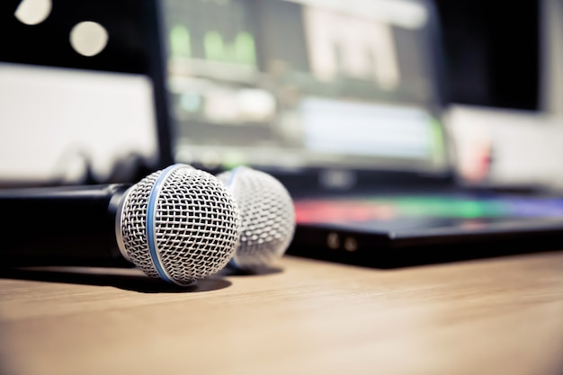 Sluit omhoog microfoon in de studio.