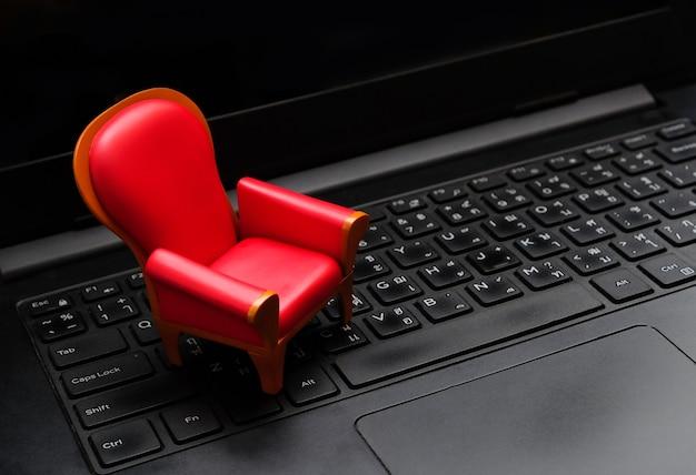 Sluit omhoog mini rode zetel op zwart laptop toetsenbord