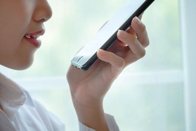 Sluit omhoog mond van vrouw gebruikend smrtphone stemherkenning