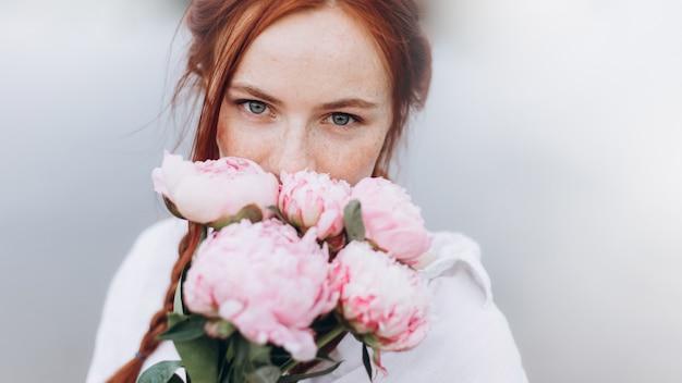 Sluit omhoog mooi van het gezichtssproeten van het vrouwenportret natuurlijk meisje de levensstijlmeisje met vlechten