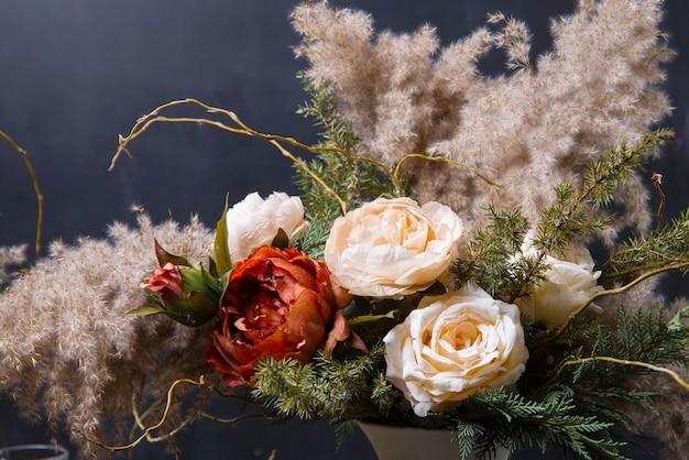 Sluit omhoog mooie bloemensamenstelling op donker