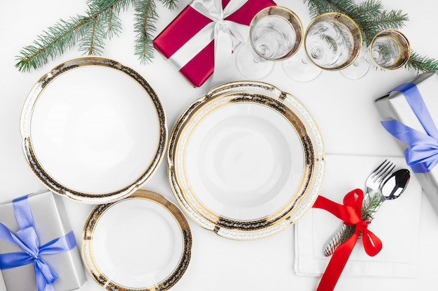 Sluit omhoog mooie kerstmislijst die met decoratie plaatst