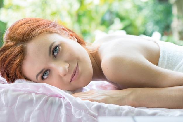 Sluit omhoog mooie vrouw in kuuroordtuin. massage vrouw bij buiten