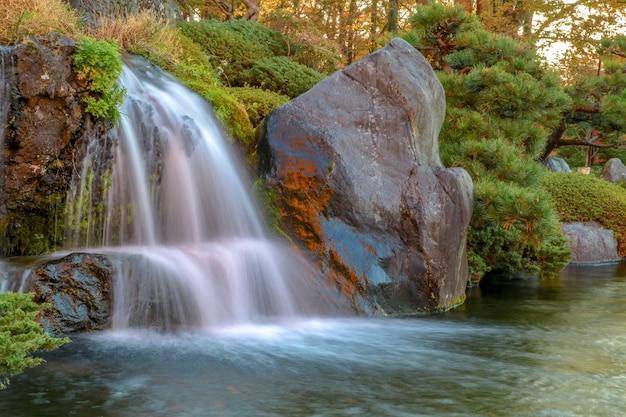 Sluit omhoog mooie waterval en het blad van de bosveranderingskleur in de herfst in japan.