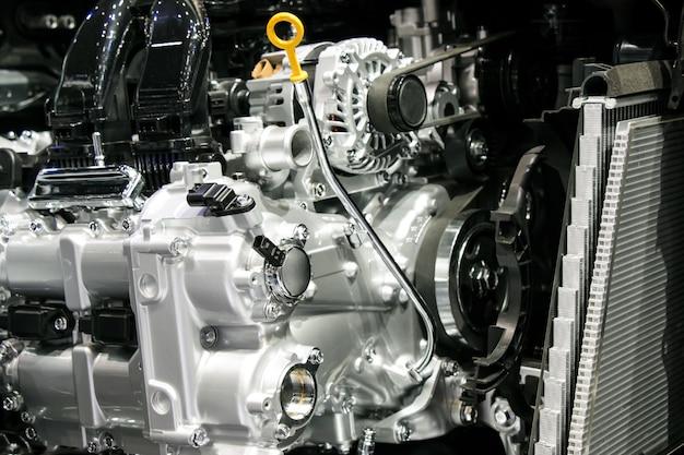 Sluit omhoog motor van een auto en zet delen van automobiel uit.