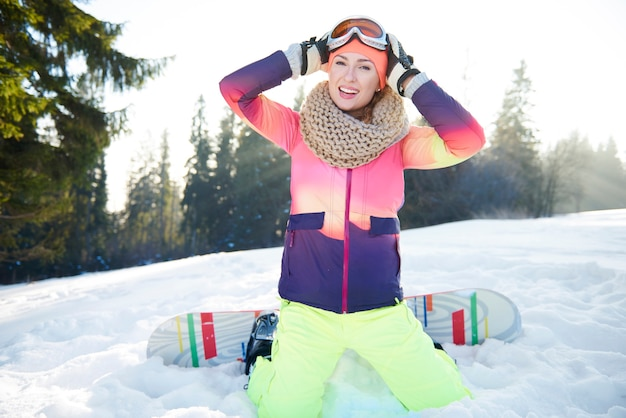 Sluit omhoog od vrouwelijke snowboarder