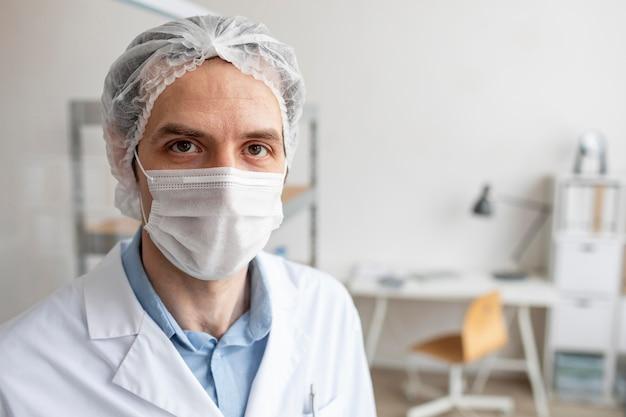 Sluit omhoog onderzoeker die masker draagt