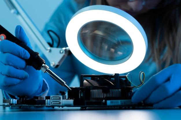 Sluit omhoog onderzoeker die met lamp werkt