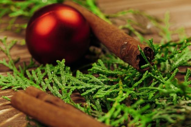 Sluit omhoog ontsproten van de details van een kerstmisdecor op houten raad