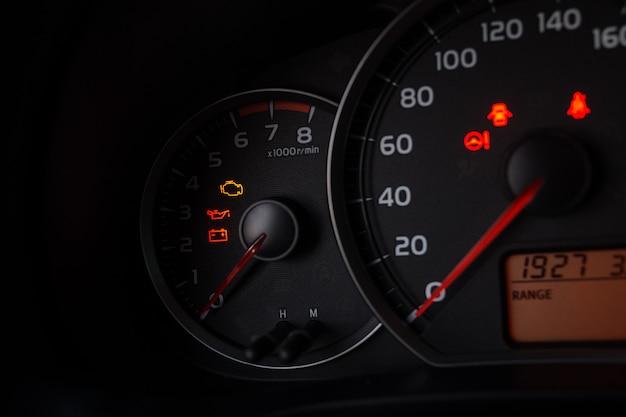 Sluit omhoog ontsproten van een snelheidsmeter in een auto.