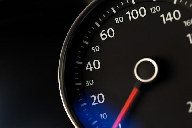 Sluit omhoog ontsproten van een snelheidsmeter in een auto