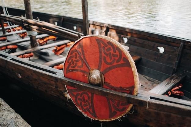 Sluit omhoog op antiek vikingschip op de rivier oude boot