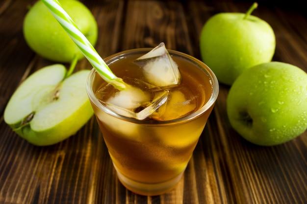 Sluit omhoog op appelsap in glas