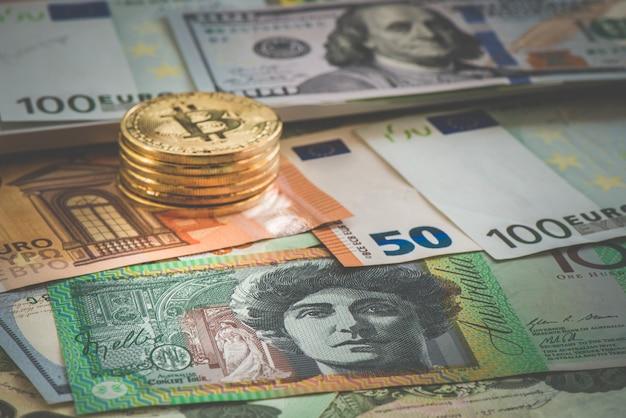Sluit omhoog op australische dollarbankbiljetten, de dollar van het portret aud voor achtergrond en bitcoin