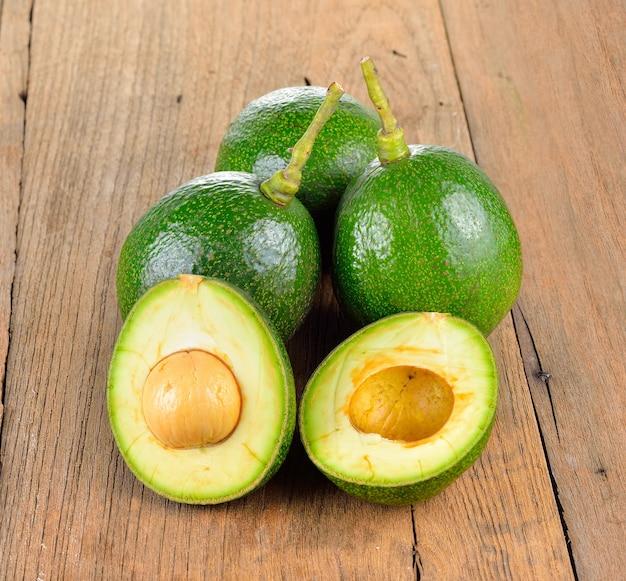 Sluit omhoog op avocado's op houten lijst