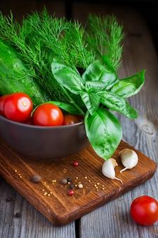 Sluit omhoog op cherrytomaatjes, komkommers, dille en basilicum