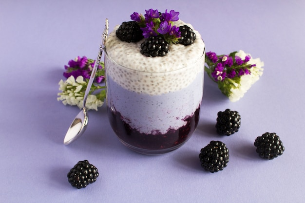 Sluit omhoog op chia pudding met braambes