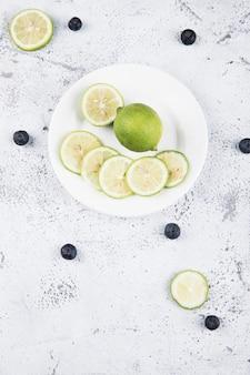 Sluit omhoog op de combinatie van citroen en vers fruit