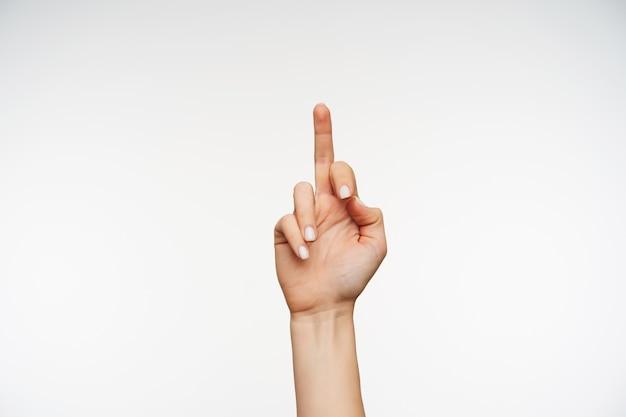 Sluit omhoog op de hand van de jonge vrouw die negatieve emoties toont en fuckteken vormt