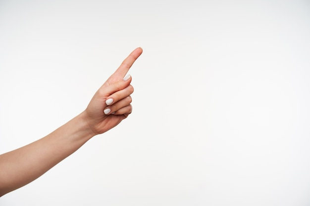Sluit omhoog op de hand van het jonge mooie vrouwelijke vrouwtje met opgeheven wijsvinger