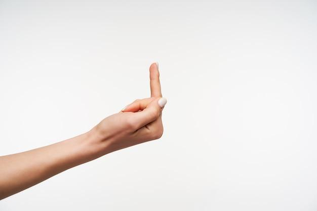 Sluit omhoog op de hand van het jonge wijfje die middelvinger toont