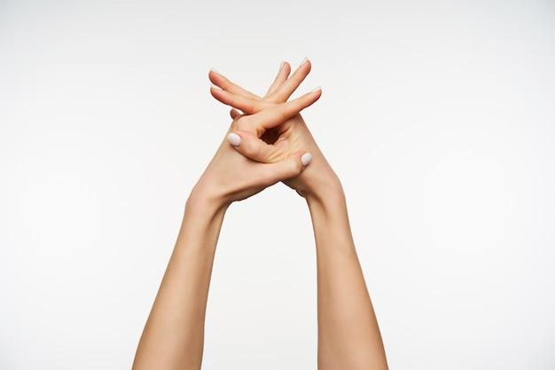 Sluit omhoog op de handen van het mooie wijfje die vingers kruisen tijdens het handen wassen