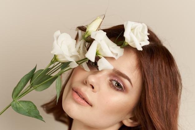 Sluit omhoog op de mooie bloemen van de vrouwenholding