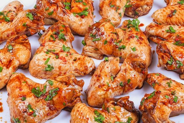 Sluit omhoog op eaw sappige kippenvleugels