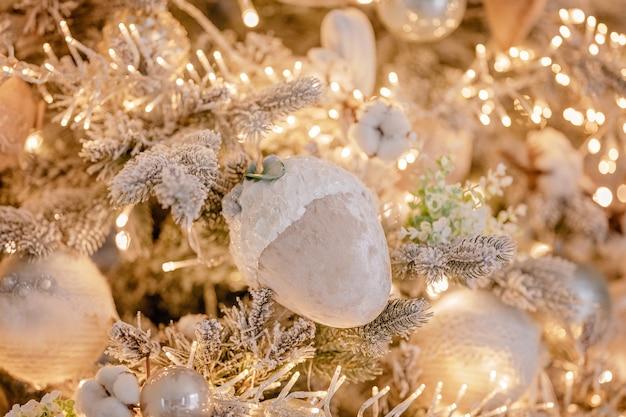 Sluit omhoog op feestelijk decor een kerstboom