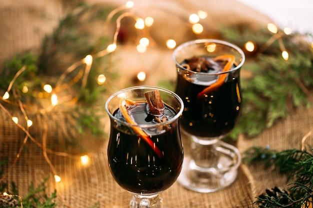 Sluit omhoog op feestelijke glinsterende wijn in glasmokken
